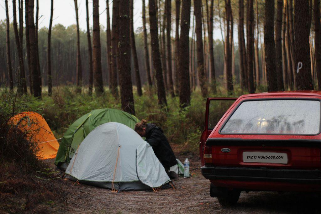 foto de acampada con coche