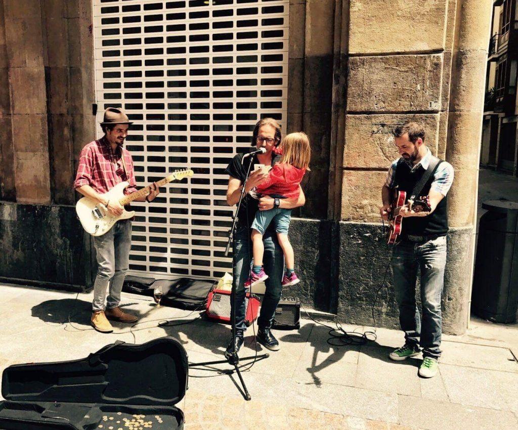 músicos callejeros con niños