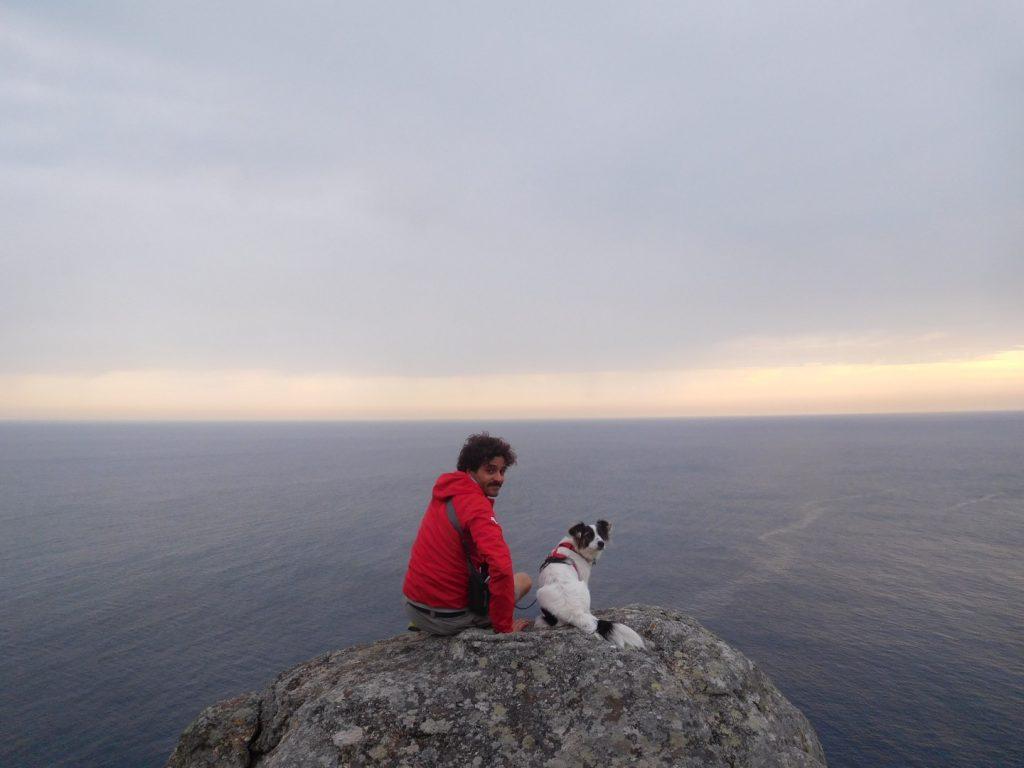 foto en el fin del mundo con perro